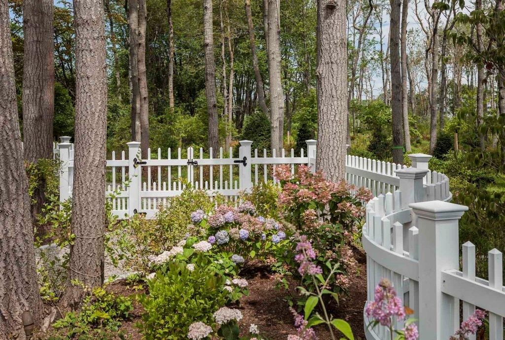 Twin Radius Rail Fence Sections in a Staggered Pyramid Picket Fence